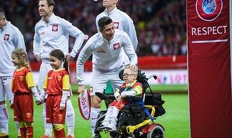 Wzruszająca chwila przed meczem Polski z Czarnogórą. Robert Lewandowski spełnił marzenie chłopca (galeria)