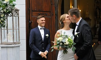 Para młoda prezentowała się pięknie. Paweł Wojciechowski stanął na ślubnym kobiercu