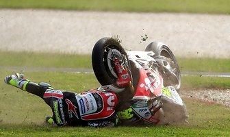 Chwile grozy na torze w Australii. Motocykl uderzył kierowcę w głowę (galeria)