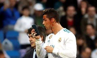 Zakrwawiony Ronaldo przegląda się w telefonie. Zdjęcia piłkarza Realu robią furorę