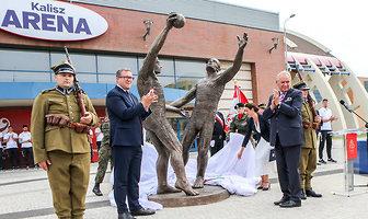 """Uroczystość odsłonięcia pomnika """"Piłkarze ręczni"""" w Kaliszu (galeria)"""