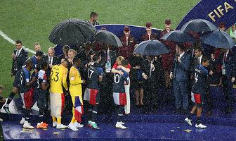 Mundial 2018. Putin pod parasolem, prezydent Chorwacji i Macron musieli moknąć (galeria)