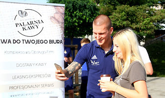 Kawa od lidera strzelców Ekstraklasy? Wiślacy znów rozdawali napój krakowianom (galeria)