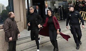 Uśmiechnięty Cristiano Ronaldo z Georgina Rodriguez w sądzie. Piłkarz nie przejął się karą (galeria)