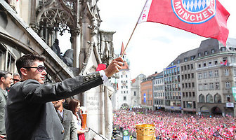 Radość przemieszana ze łzami. Bayern świętował z kibicami na placu mariackim w Monachium
