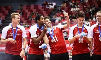 """Puchar Świata siatkarzy. """"Fikołek"""", selfie i pokaźny czek. Polacy odebrali srebrne medale (galeria)"""