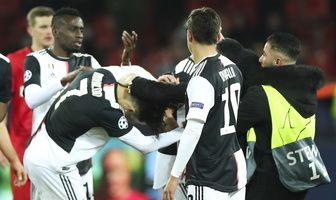 Liga Mistrzów. Kibic złapał za szyję Cristiano Ronaldo (galeria)