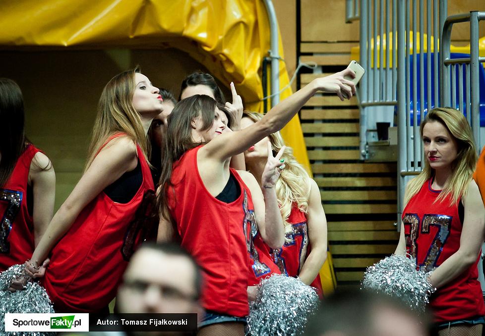 Cheerleaders Gdynia skutecznie rozgrzewały publiczność podczas finałow...
