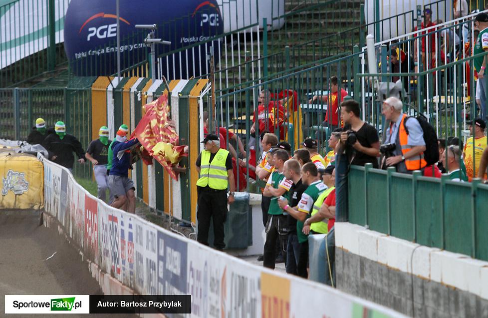 Zrywanie flagi podczas meczu SPAR Falubaz Zielona Góra - Betard Sparta Wrocław