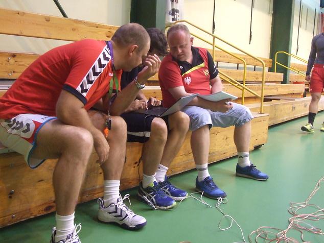 Testom uważnie przyglądał się trener Piotrkowianina Rafał Przybylski (pierwszy z lewej).