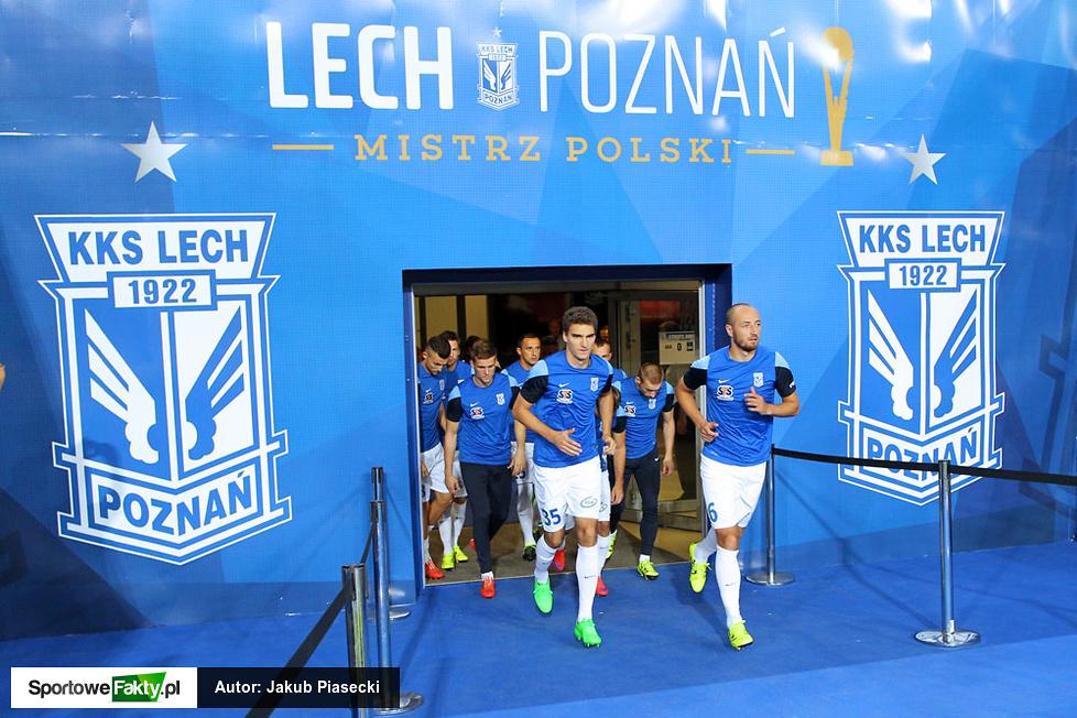 Piłkarze Lecha Poznań wychodzą na rozgrzwkę...