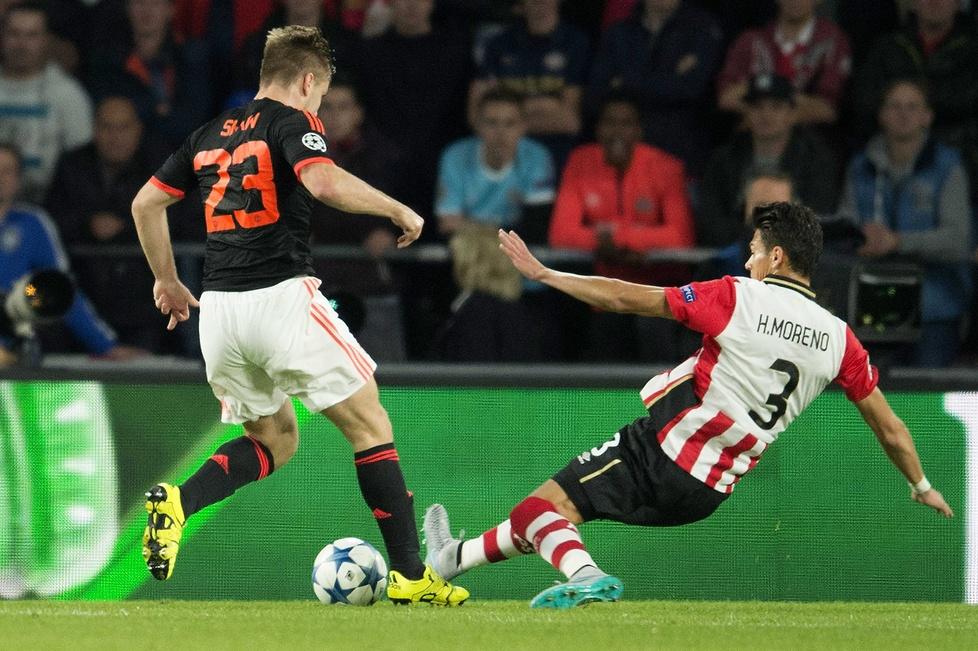 W meczu 1. kolejki fazy grupowej Ligi Mistrzów z PSV Eindhoven Luke Sh...