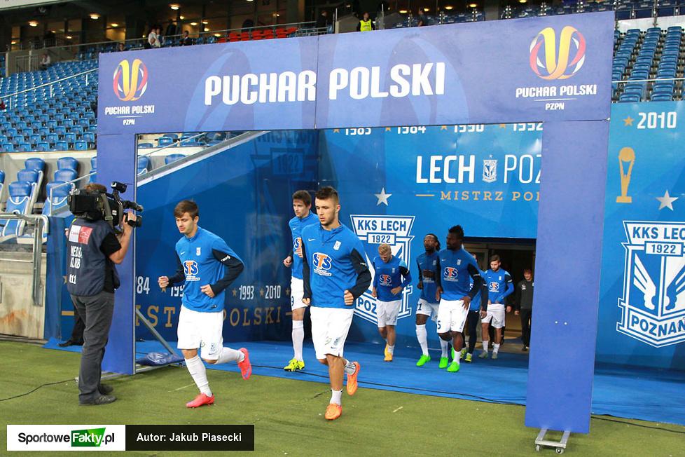 Piłkarze Lecha wychodzą na rozgrzewkę ...