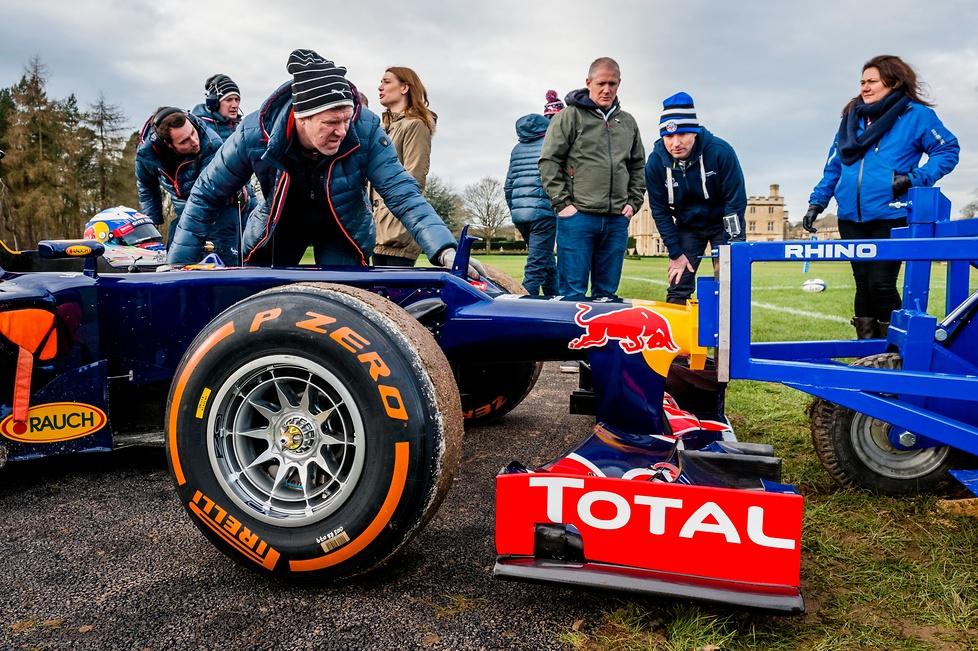 Niezwykły pojedynek, w którym Daniel Ricciardo za kierownicą bolidu...