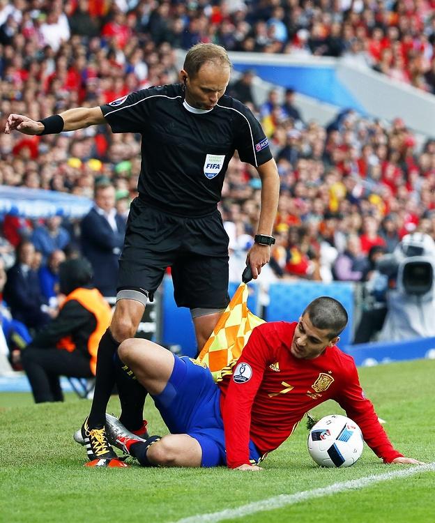 Euro 2016: Morata powalił polskiego arbitra. Niecodzienny moment na meczu Hiszpanów