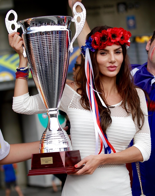 Piękna polska fanka nie daje o sobie zapomnieć. Mamy jej zdjęcia z finału Euro