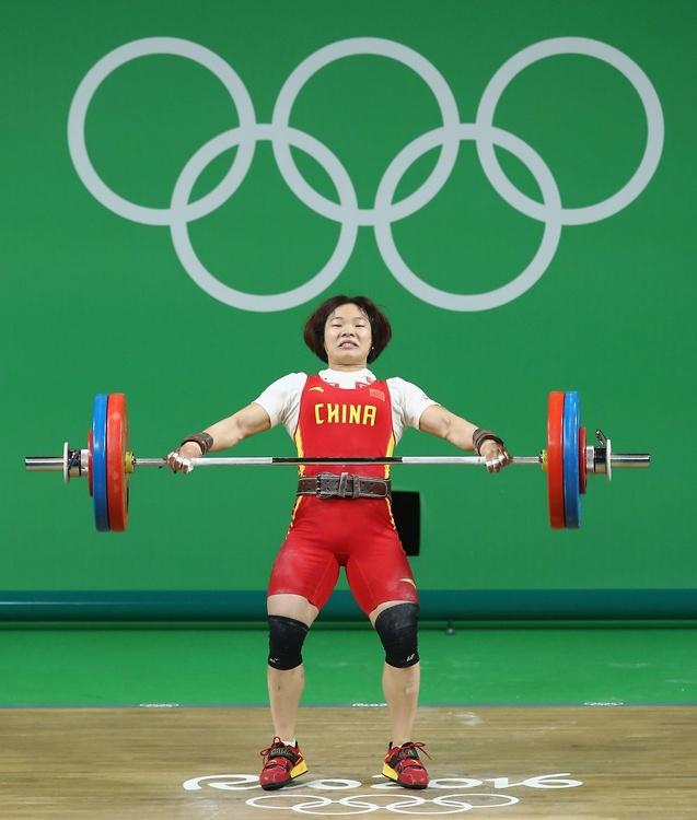 Rio 2016: chwile grozy na pomoście. Sztanga uderzyła Chinkę w głowę