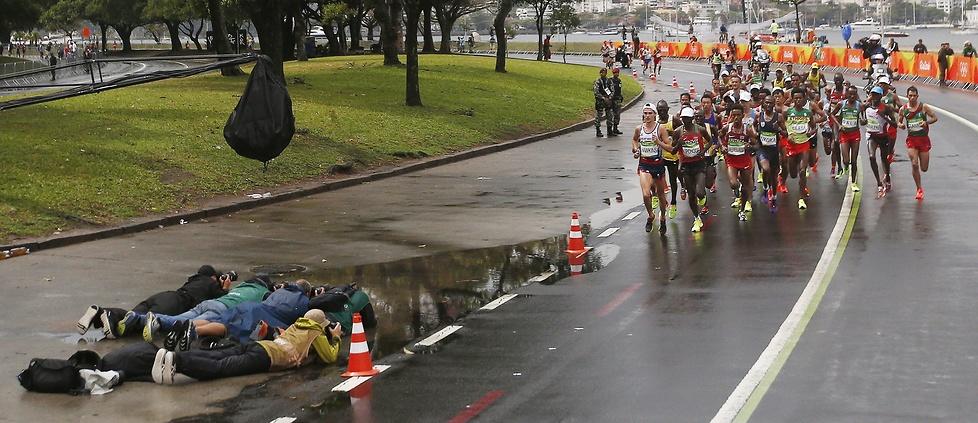 Rio 2016: deszcz, pompki na mecie, gest medalisty. Działo się w olimpijskim maratonie!
