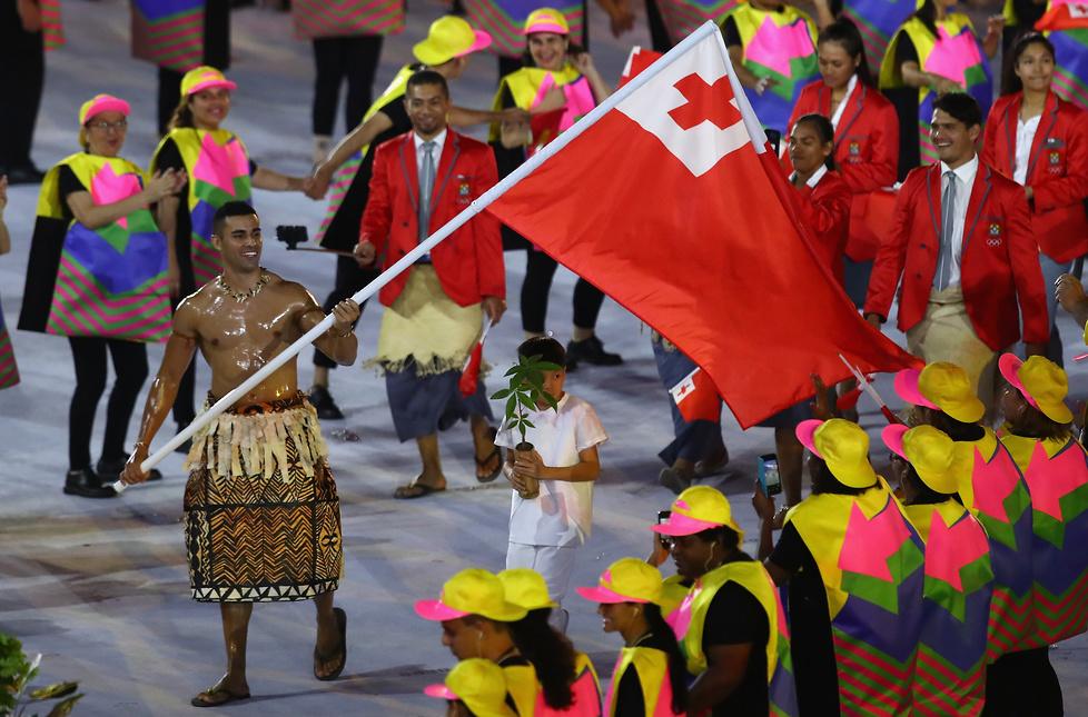 Chorąży reprezentacji Tonga podczas ceremonii otwarcia igrzysk....