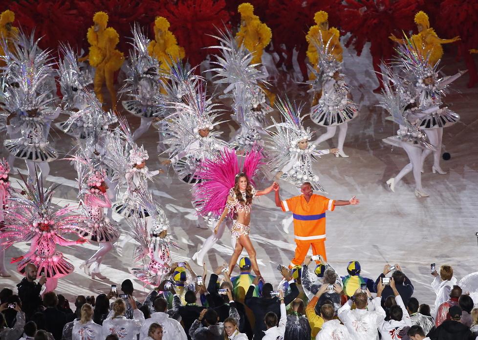 Zmysłowy taniec! Dziewczyna piłkarza PSG skradła show na ceremonii zamknięcia