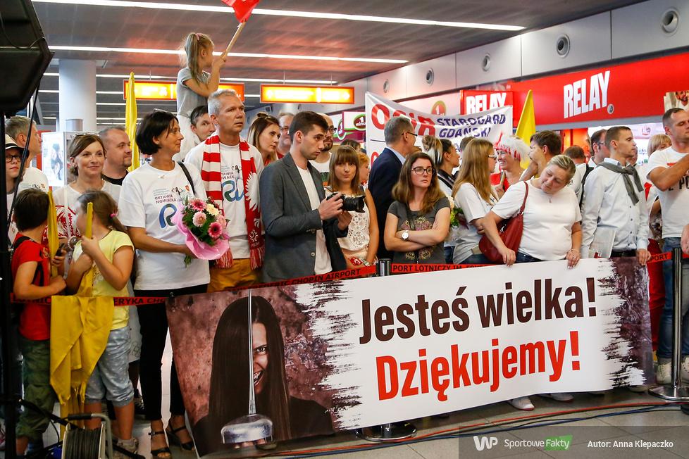 Wspaniałe powitanie Oktawii Nowackiej na lotnisku (galeria)