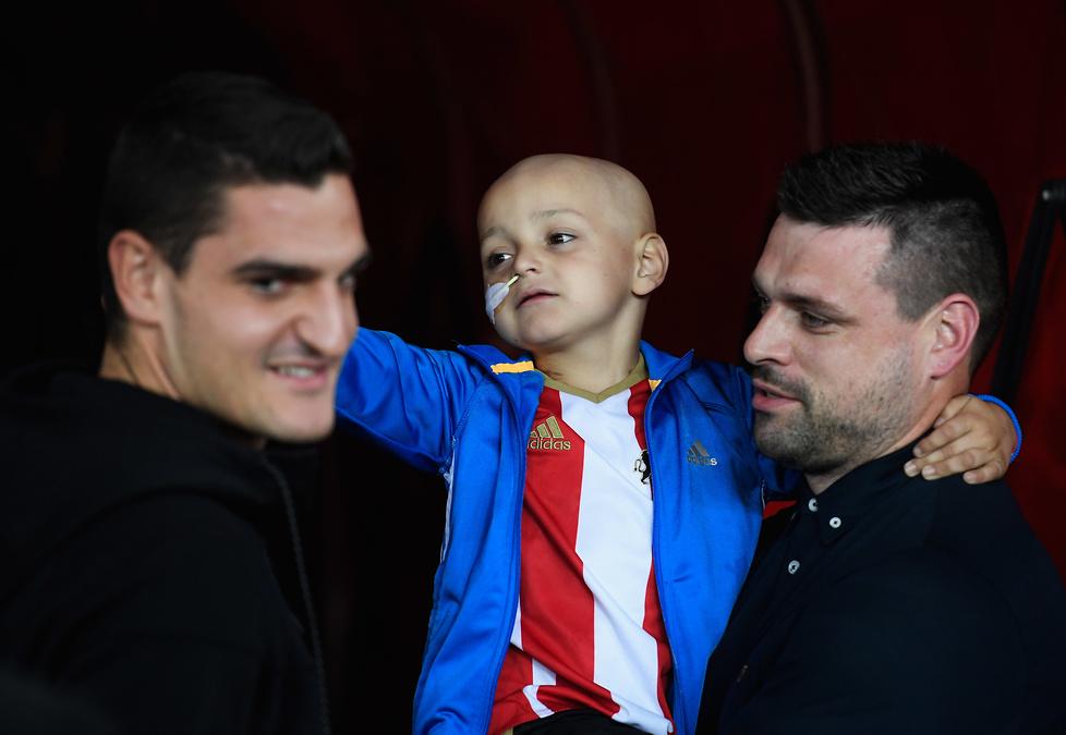 Wzruszający moment w Premier League. Piłkarzy wyprowadził chłopiec walczący z nowotworem