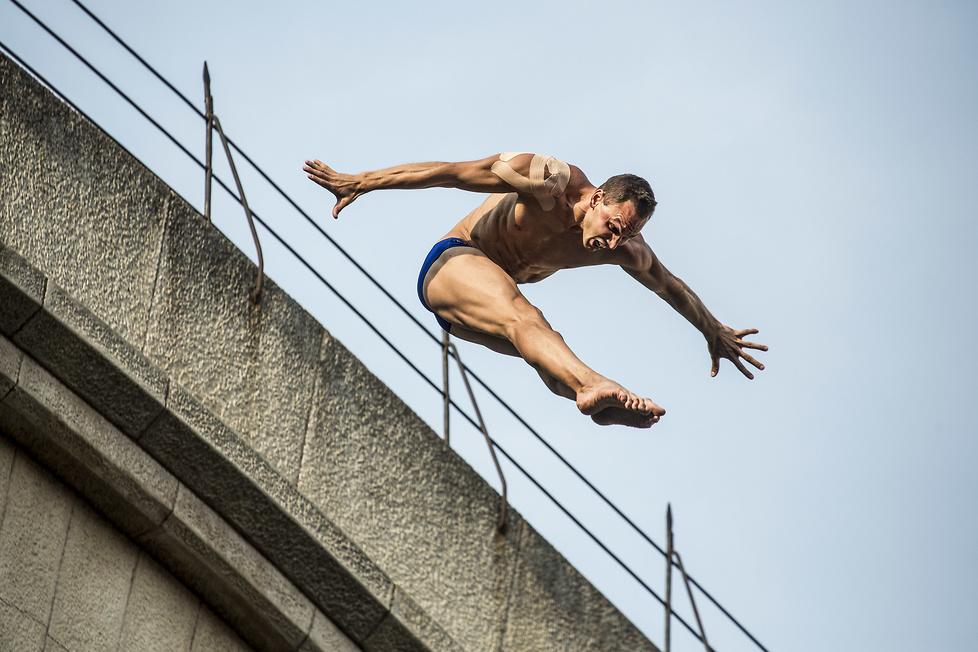 Zabytkowy most, skoki do wody z 27 m i adrenalina. Te zdjęcia zapierają dech w piersiach