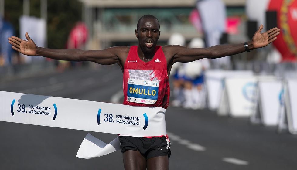 Najlepszy zawodnik maratonu - Ezekial Omullo - na mecie....