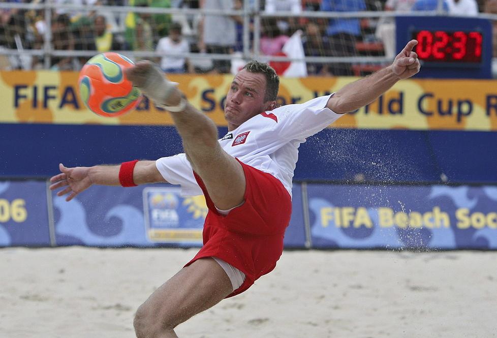 Bogusław Saganowski składa się do przewrotki w meczu Polska - Japonia ...
