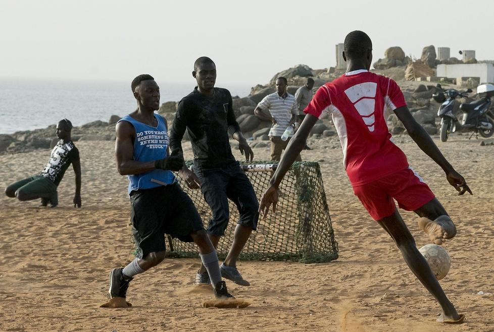 Grają w piłkę i oglądają mecze. Tak wygląda strefa kibica w Afryce