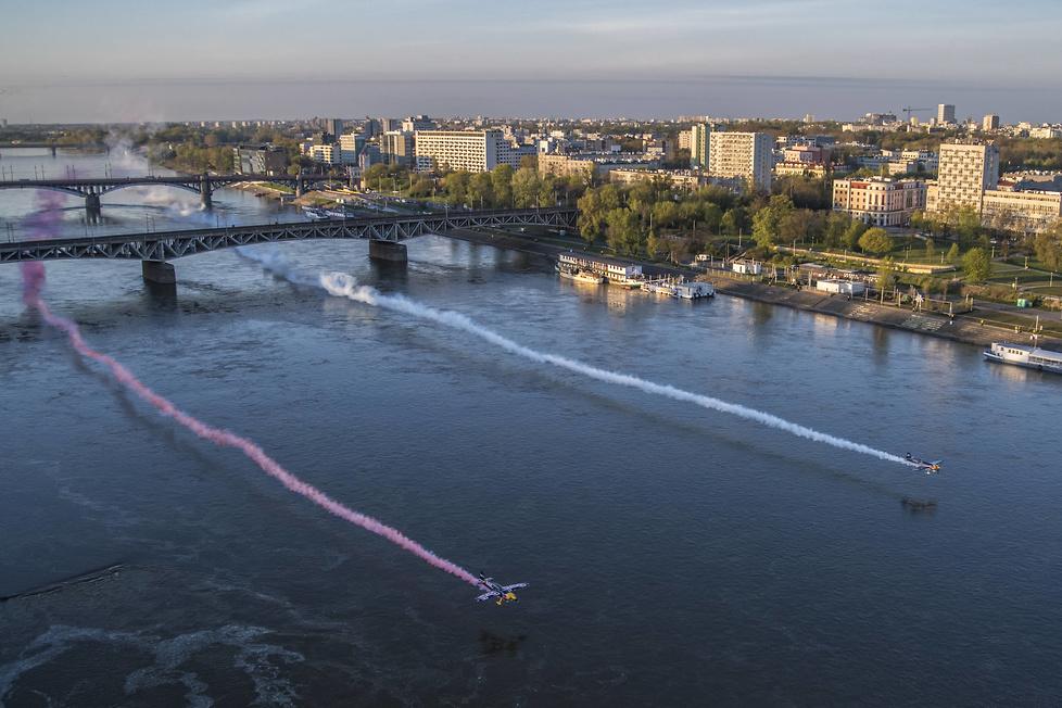 Powietrzna celebracja Dnia Flagi w Warszawie (galeria)