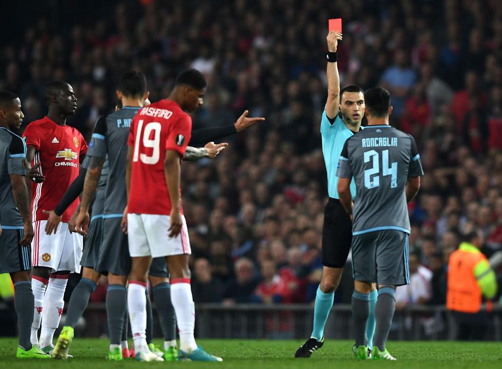 Sędzia pokazał po czerwonej kartce obu piłkarzom, którzy przedwcześnie...