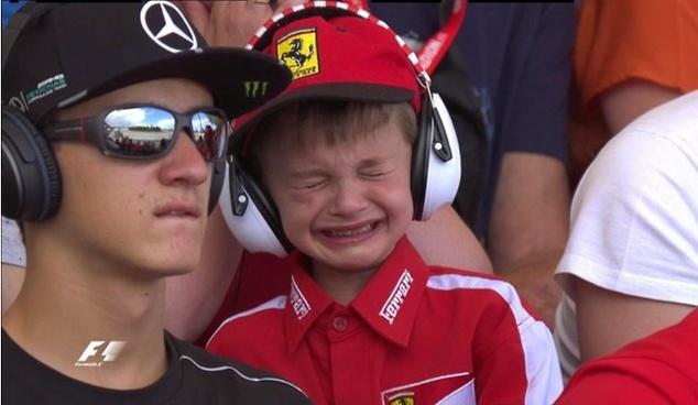 Chłopiec mocno przeżywał odpadnięcie Raikkonena (fot. sport1.de)