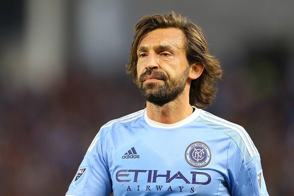 Długie włosy i broda to znak rozpoznawczy geniusza piłki z Lombardii. ...