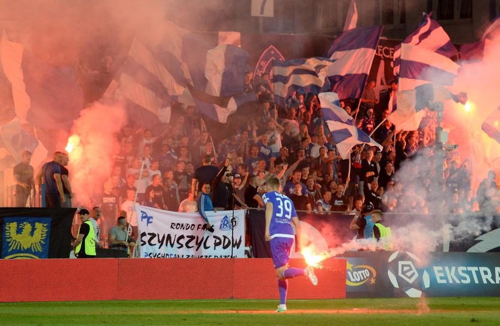 Race na boisku i spalona flaga. Przerwany mecz w Chorzowie (galeria)