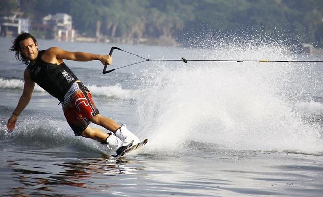 Uprawiający narciarstwo wodne mogą jeździć na dwóch nartach albo jednej - mononarcie, źródło: pixabay.com