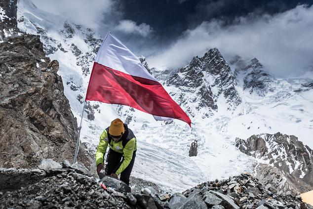 Andrzej umieszcza flagę w bazie pod K2 (Fot. Materiały prasowe)
