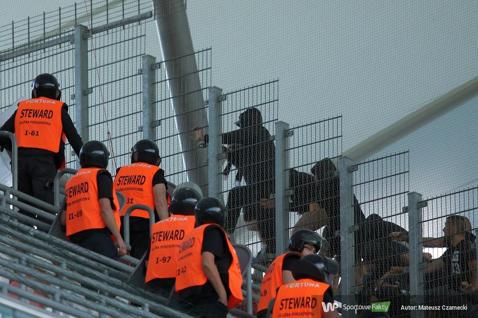 Niespokojnie na trybunach podczas meczu Legia - Sandecja (galeria)