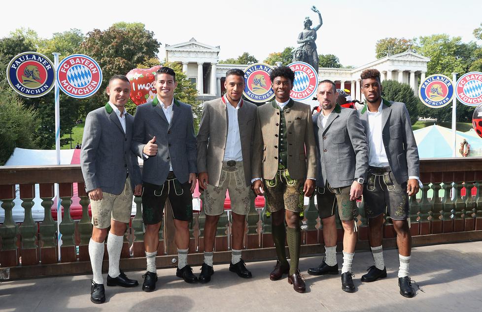 Piłkarze Bayernu założyli na Oktoberfest tradycyjne bawarskie stroje, ...
