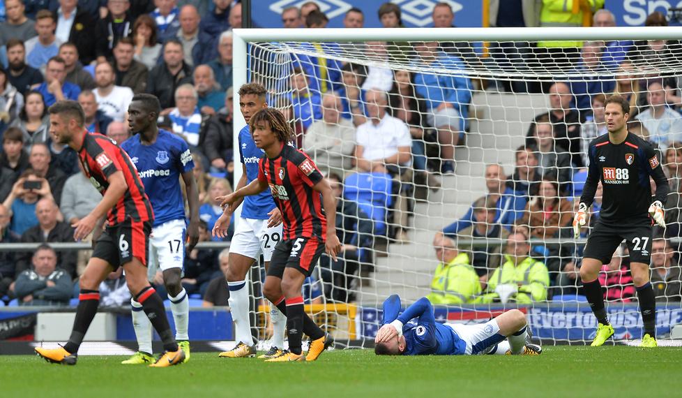 W 37. minucie spotkania Evertonu z Bournemouth Wayne Rooney padł na mu...