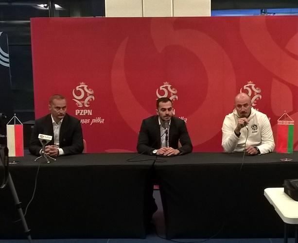 Dariusz Dźwigała (trener reprezentacji Polski U-19), tłumacz oraz Roman Kirenkin (trener reprezentacji Białorusi U-19). Fot. WP SportoweFakty