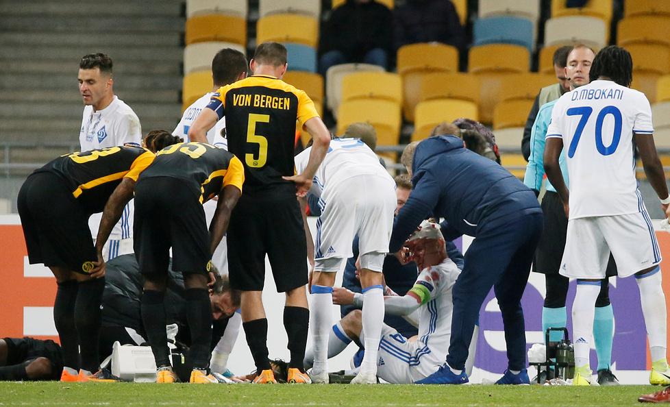 Domagoj Vida zalał się krwią w starciu z Moumi Ngamaleu. Piłkarze walc...