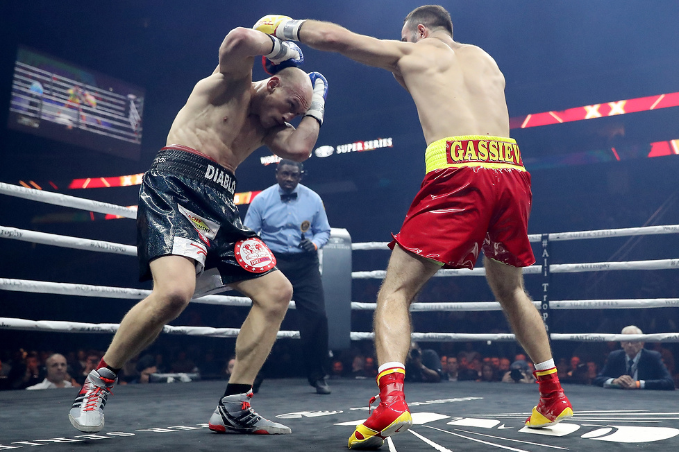 24-letni Murat Gassijew od początku dominował w ringu. Krzysztof Włoda...