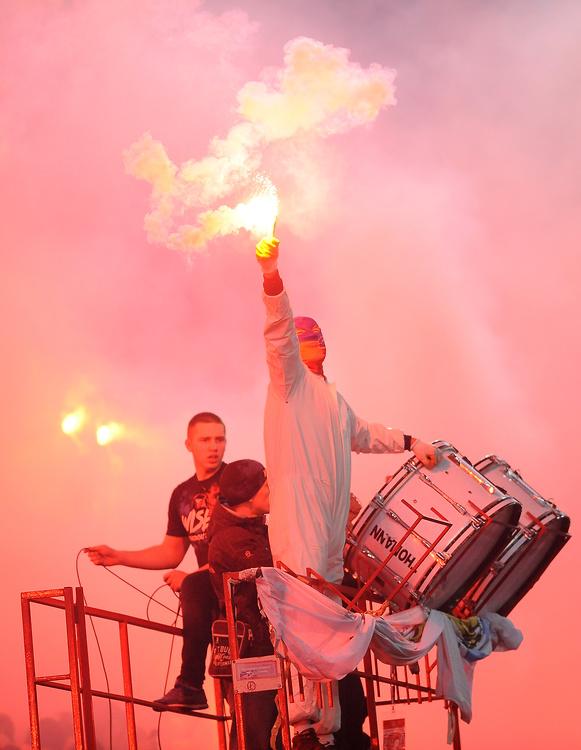 Ostrzał racami na stadionie! Zdjęcia z derbów Krakowa (galeria)