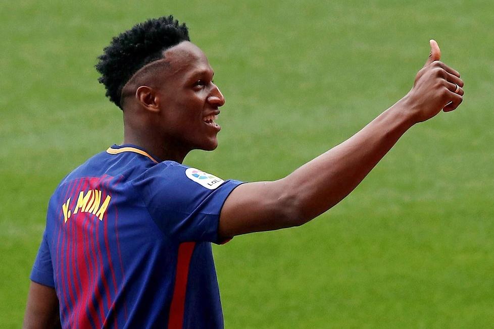 Barcelona zaprezentowała Yerry'ego Minę. Wszedł boso na Camp Nou (galeria)