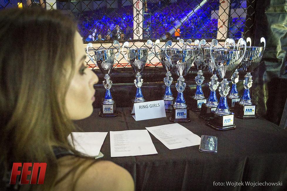 FEN 20: piękne ring girls ozdobą gali (fotorelacja)