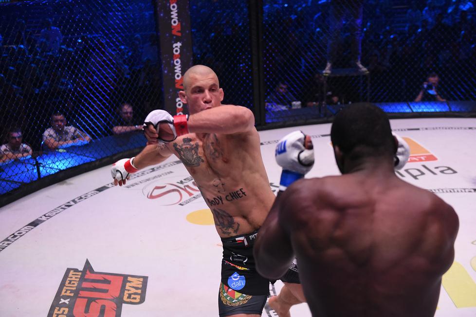 83,9 kg: Damian Janikowski pok. Yannicka Bahatiego przez TKO w pierwsz...