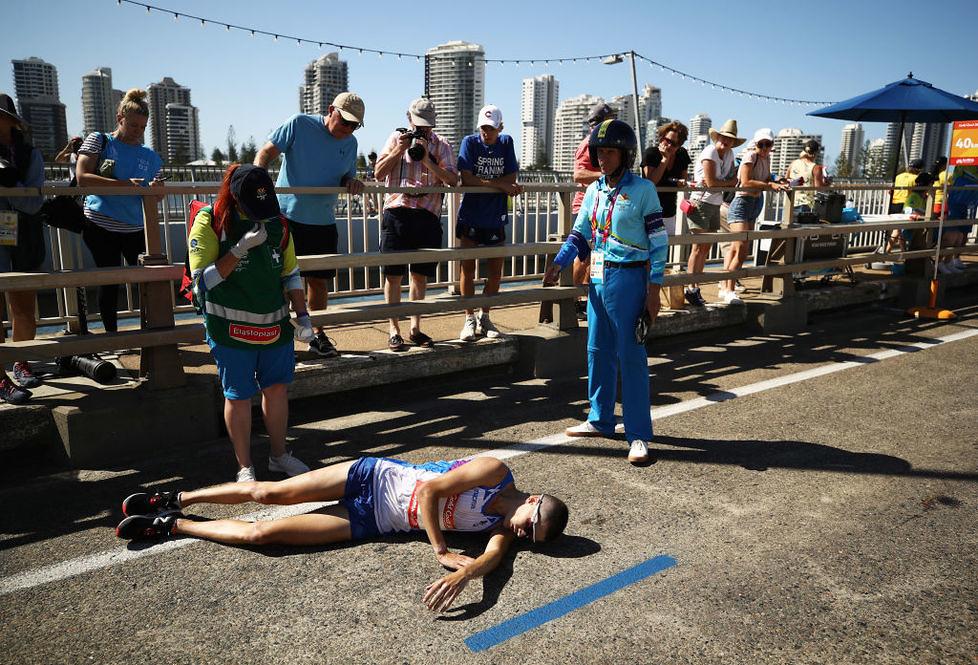 Dramatyczna walka szkockiego biegacza na trasie maratonu (galeria)