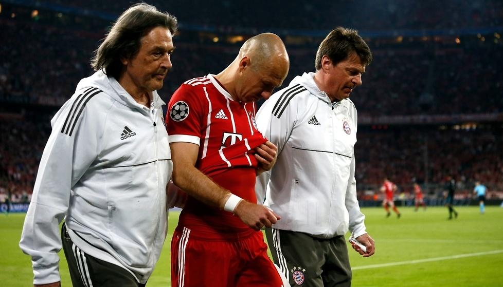Robben w ósmej minucie został zmieniony przez Thiago Alcantarę. fot. E...