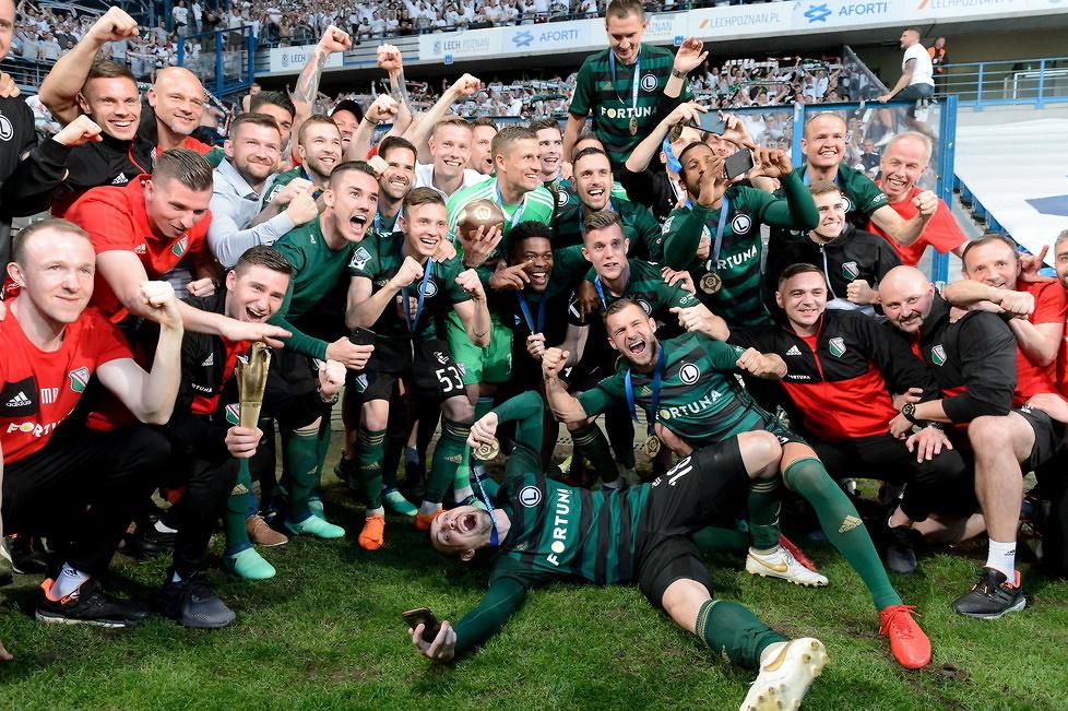 Kibice zaskoczyli piłkarzy. Legia w Poznaniu odebrała medale i puchar (galeria)